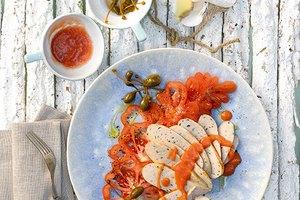 Carpaccio von der Bratwurst mit Kalbsfleisch mit leichter Tomaten-Ingwer-Sauce und Kapernäpfeln