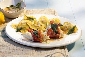 Saltimbocca vom Seeteufel mit Spinat-Raviolo und Salbeibutter