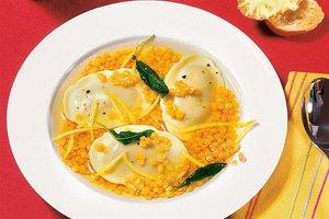 Gelbe Linsensuppe mit Tomaten Mozzarella Tortelli
