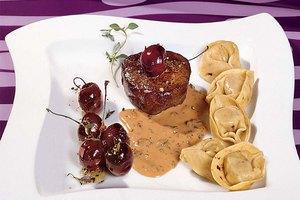 Reh-Medaillon mit Fleisch-Tortelloni und Kirschen