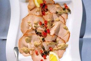 Schweinebraten tonnato mit Thunfisch-Kapern-Paste und frischen Kapern