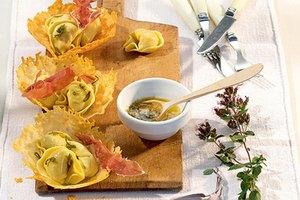 Fleisch-Tortelloni in Parmesankörbchen mit Salbeibutter
