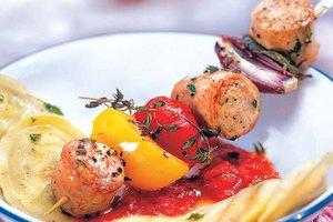 Bratwurst-Gemüse-Spieß mit Tomaten-Mozzarella-Tortelli