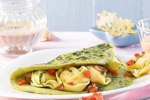 Spinatomelett mit Käse-Tortelloni, Parmesan-Crackern und Tomaten-Mozzarella-Sauce