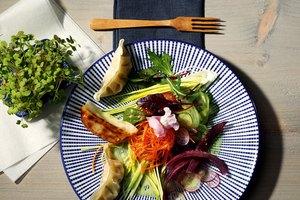 Asia-Salat mit Gyoza Huhn