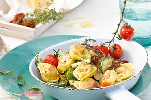 Tortelloni-Pfanne mit sonnengetrockneten Tomaten, Oliven, Zucchini und Kräutern