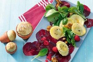 Ziegenfrischkäse-Raviolo auf Rote-Bete-Carpaccio mit Feldsalat, feinem Himbeerdressing und karamellisierten Walnüssen