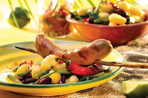 Grillsamba Brazil Rinderbratwurst mit Churrasco-Salsa und Bohnen-Gnocchi-Salat