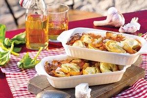 Spinat-Ricotta-Tortelloni-Gratin mit Sauce Toscana und Ziegenfrischkäse