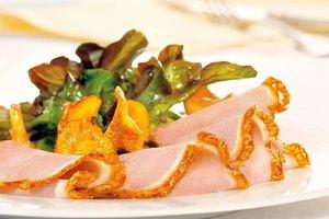 Krustenbraten mit Eichblattsalat und Pfifferlingragout