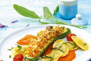 Käse-Rucola-Tortelli mit gefüllten Zucchinischiffchen und Sauce Toscana