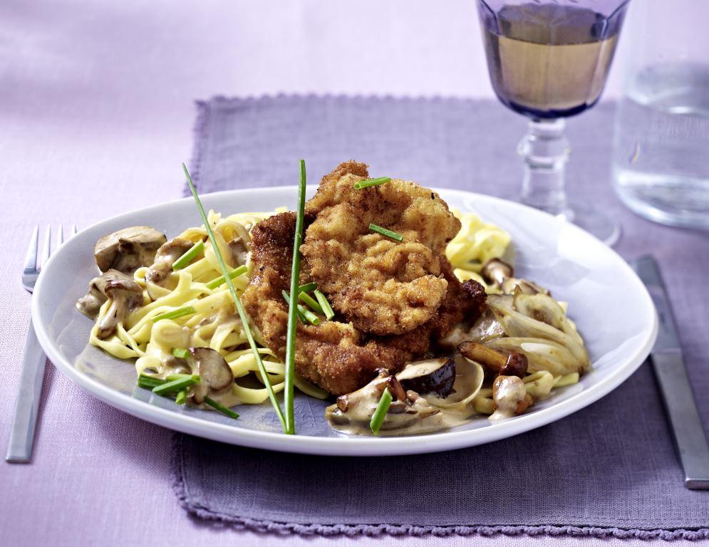 Panierte Schnitzelchen mit Steinpilzen und Pfifferlingen in Edelpilz-Sauce zu Fettucine