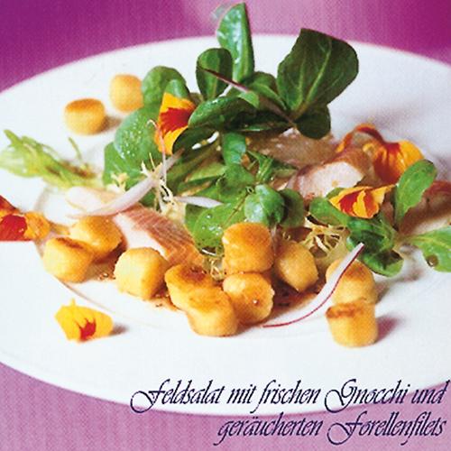 Feldsalat mit frischen Gnocchi und geräucherten Forellenfilets