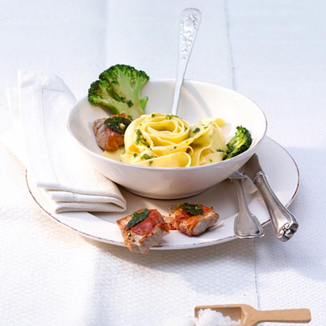 Fettuccine in Pesto mit Saltimbocca-Pralinen und gebratenen Brokkoli-Scheiben