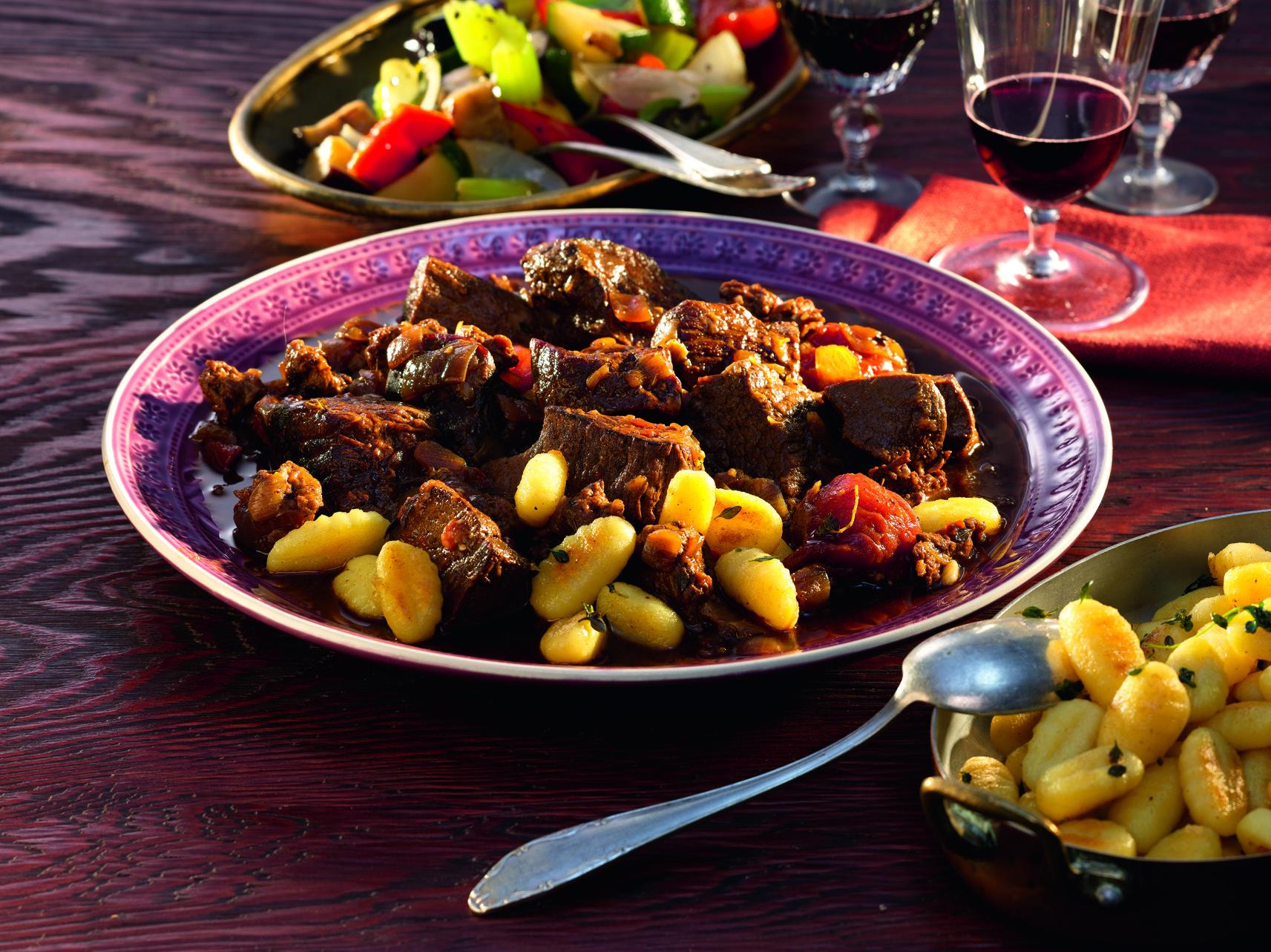 Gulasch mit Thymian-Gnocchi und mediterranem Gemüse