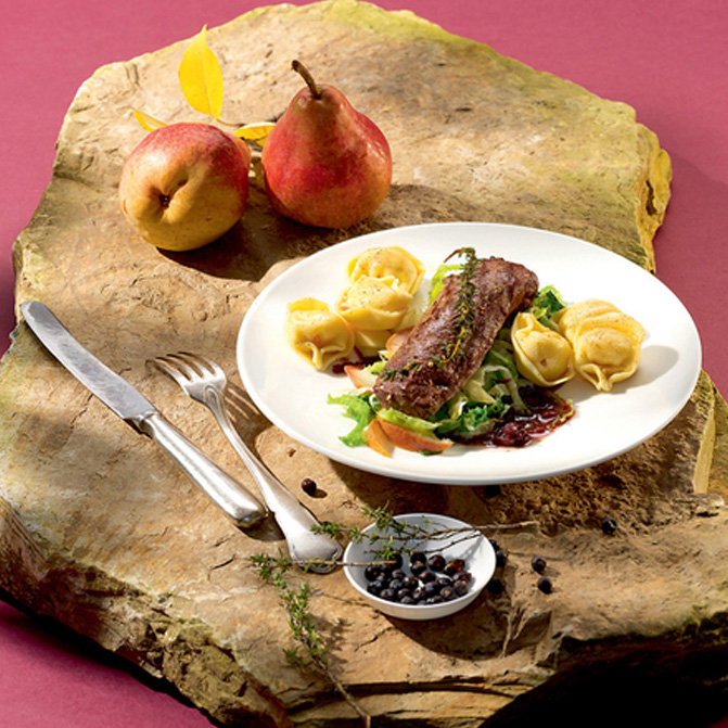 Käse Tortelloni mit Hasenrücken und Wirsing-Birnen-Gemüse