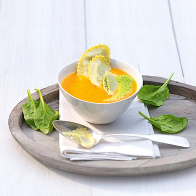 Karotten-Ingwer-Suppe mit Spinat-Raviolo und Spinatschaum