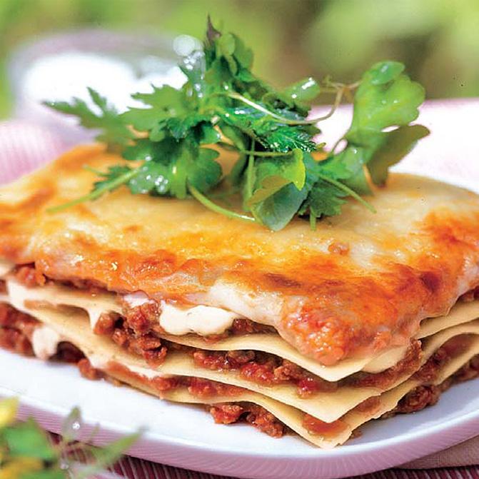 Lasagne Bolognese mit Kräutersalat