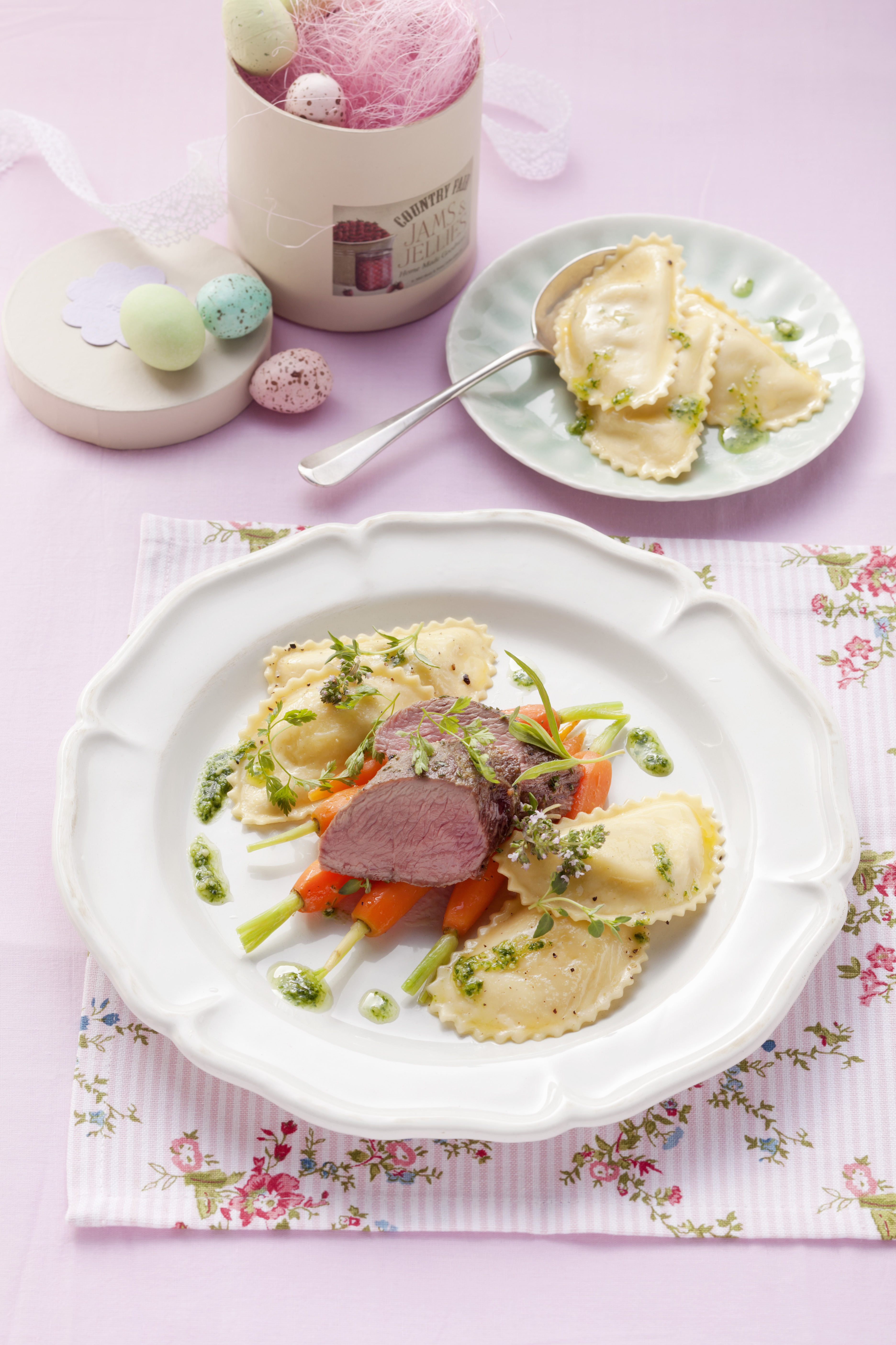 Osterlammrücken mit Ziegenfrischkäse Raviolo und Kräuterpesto