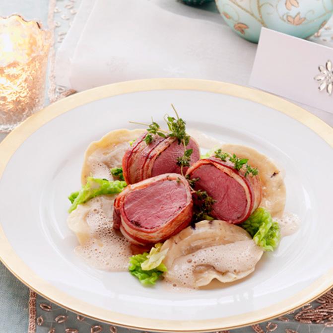 Rosa Rehrücken mit Steinpilz-Tortelli und Edelpillz-Sauce