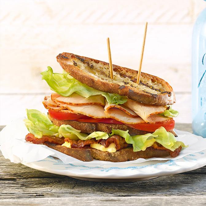 Schweinebraten- Sandwich BLT mit Bacon, Salat und Tomate