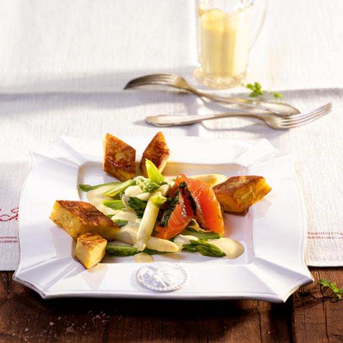 Spargel mit gebeiztem Lachs, Limetten-Hollandaise und Tortilla-Rauten