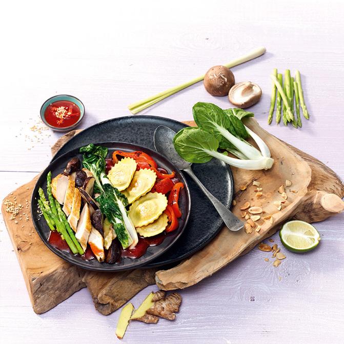 Spinat-Raviolo mit Maishähnchen und Wokgemüse