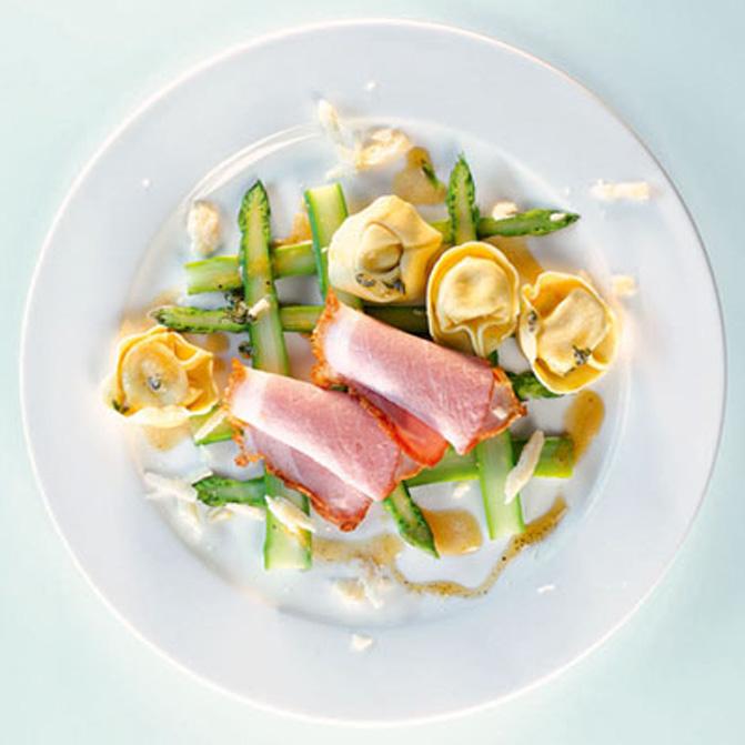 Spinat-Ricotta-Tortelloni mit Krustenbraten auf gebratenem Spargel