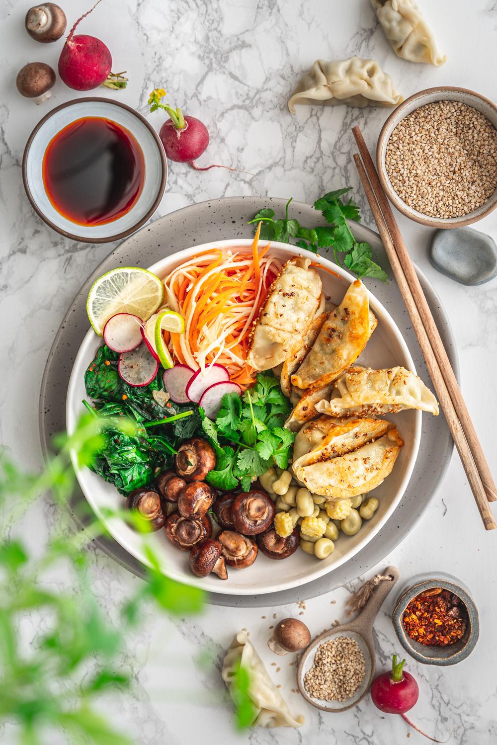 Einfache Gyoza Bowl mit frischem Gemüse