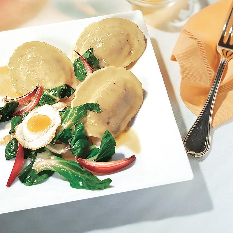 Steinpilz-Tortelli mit Mangold und gebratenen Wachteleiern