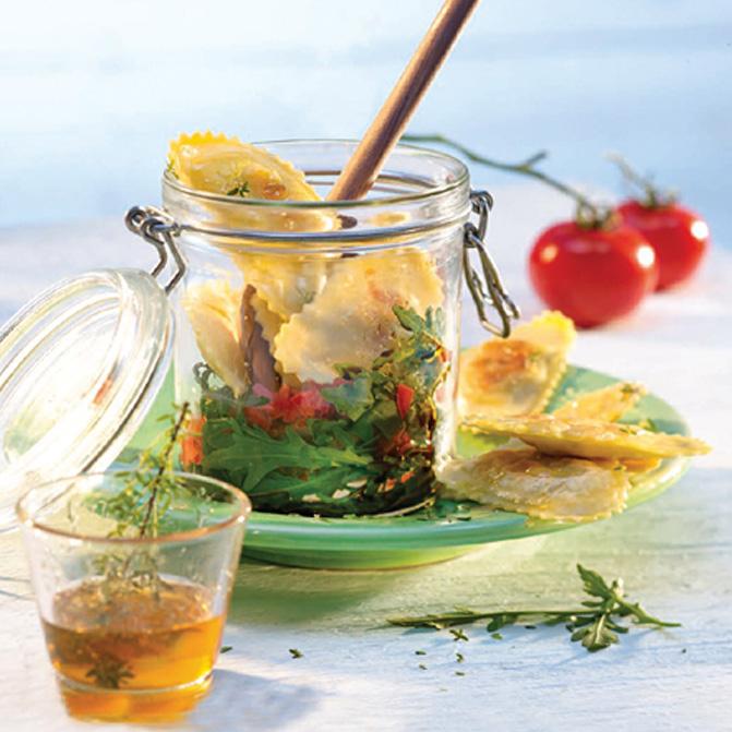 Ziegenfrischkäse-Raviolo auf Rucolasalat mit Feigen-Balsamico-Dressing