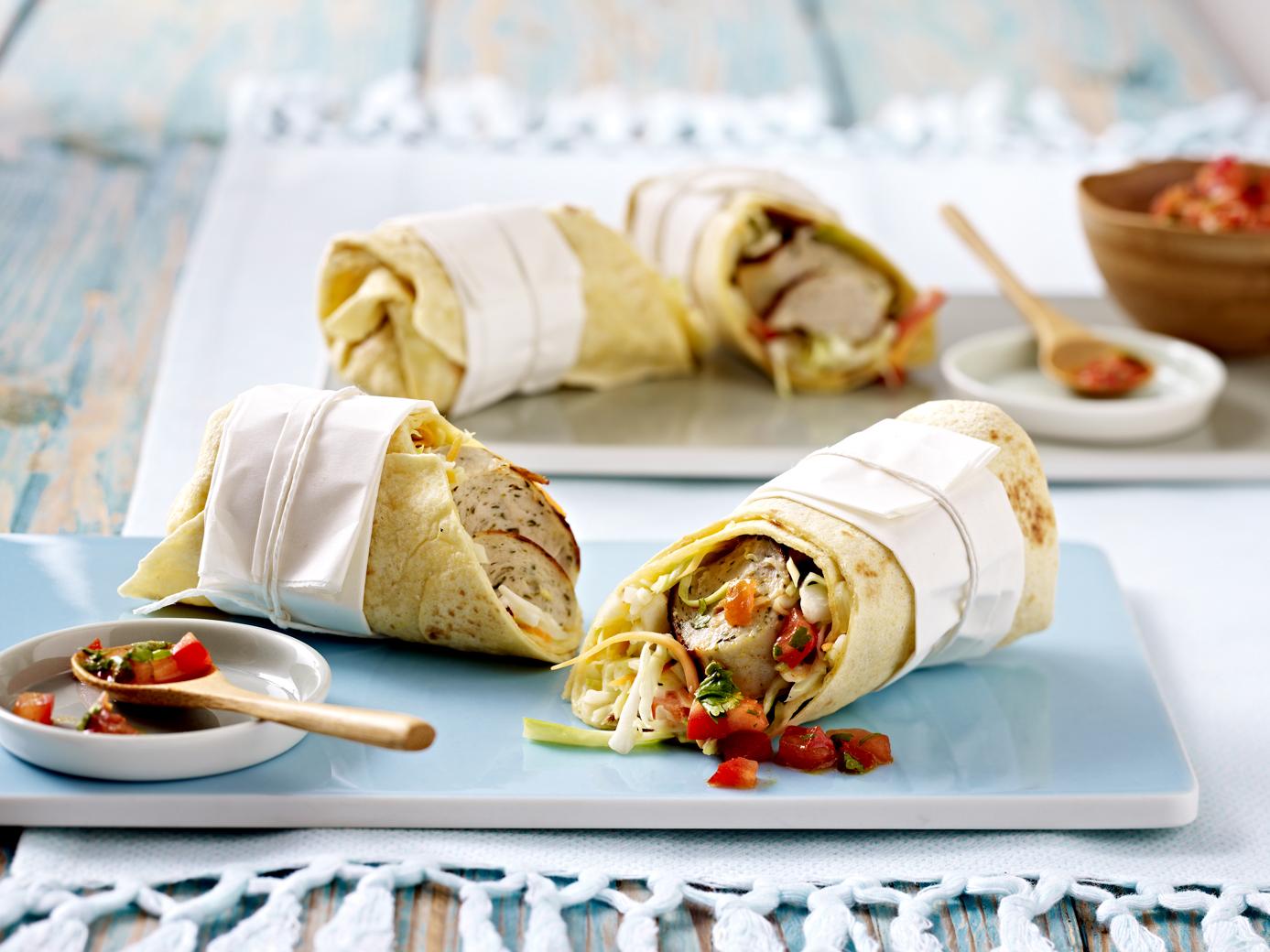 Zwiebelbratwurst-Wrap mit Coleslaw und Tomaten-Curry-Salsa