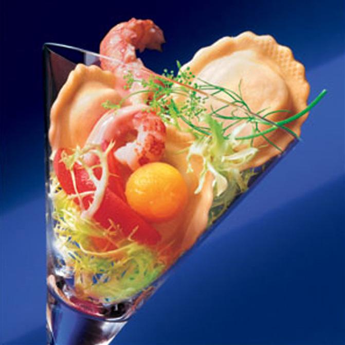 Cocktail von Tomaten Mozzarella Tortelli und Flusskrebsen
